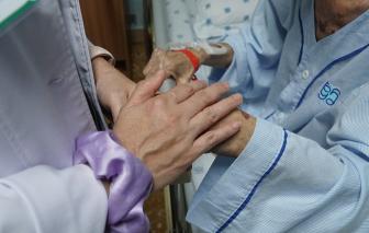 Cần làm gì khi người lớn tuổi trong gia đình nghi bị nhiễm COVID-19?