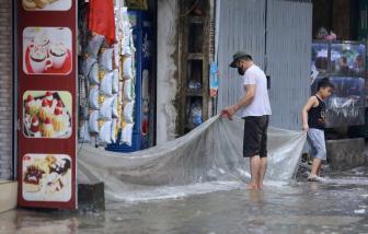 """Đường phố Hà Nội mênh mông nước, dân """"đắp đê"""" ngăn lũ"""