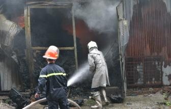 Cháy lớn kho thiết bị nhựa ở Hà Nội, nhiều ô tô bị mắc kẹt