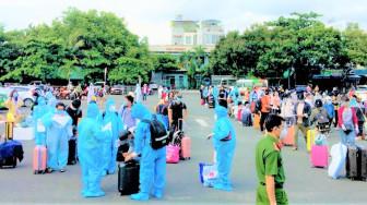 Hơn 700 người tập trung ở Ga Sài Gòn chuẩn bị về Hà Tĩnh