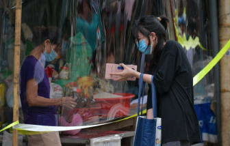 Chợ dân sinh Hà Nội quây tấm ngăn, dựng rào chắn trong mùa COVID-19