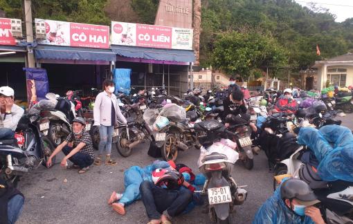 Người dân miền Trung chạy xe máy từ TPHCM về quê tránh dịch: Đói khát và mệt lả