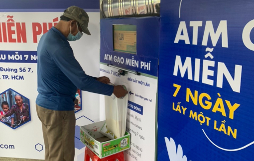 Gian hàng rau củ quả nằm kề ATM gạo