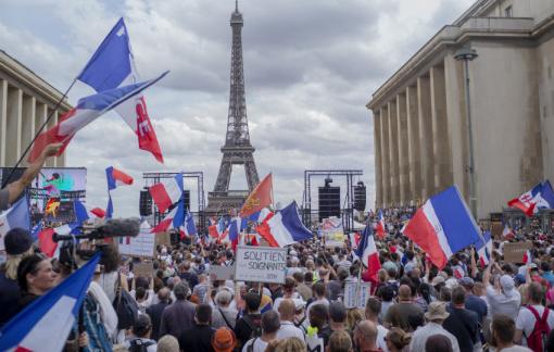 Hơn 20.000 ca mắc COVID-19/ngày, hàng trăm ngàn người Pháp vẫn phản đối tiêm vắc xin
