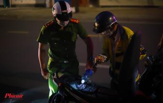 TPHCM ngày đầu hạn chế ra đường sau 18g: Cán bộ công an tiếp xăng cho dân về nhà