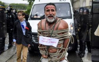Pháp thông qua luật hộ chiếu vắc xin bất chấp sự phản đối của người dân