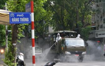 Xe đặc chủng phun khử khuẩn nhiều nơi trên đường phố Hà Nội
