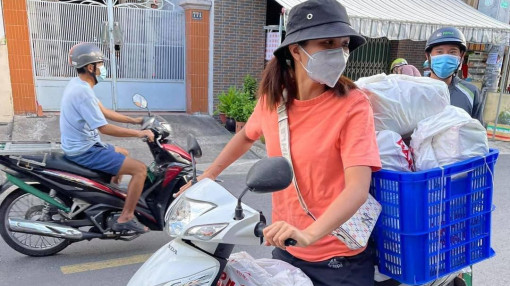 Hoa hậu H'Hen Niê làm shipper hỗ trợ người dân ở tâm dịch