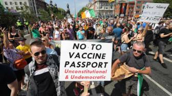 """Châu Âu chuyển từ """"cà rốt"""" sang """"cây gậy"""" để thúc đẩy người dân tiêm ngừa COVID-19"""