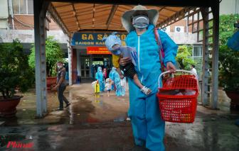 Người dân Quảng Trị tạm biệt TPHCM về quê bằng tàu hỏa