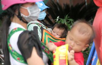 Những đứa trẻ mệt nhoài cùng bố mẹ vượt ngàn cây số hồi hương