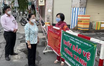 """Chủ tịch HĐND TPHCM Nguyễn Thị Lệ đi thăm, tặng quà các chốt bảo vệ """"vùng xanh""""  quận 3"""