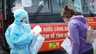 CSGT Bến Tre đến tận nơi hộ tống 300 người dân đầu tiên về quê miễn phí