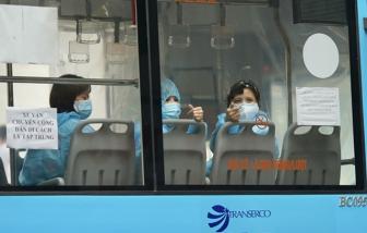 Hà Nội: 3 xe buýt đưa hàng chục F1 ở phường Lê Đại Hành đi cách ly