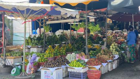 Chợ truyền thống phục vụ rau xanh, trái cây là chính, hàng hóa siêu thị nơi thiếu, nơi đủ