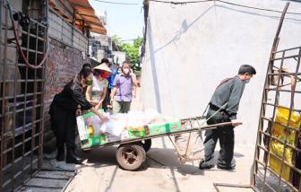 """Cảnh sát cơ động """"đội nắng"""" mang đồ ăn hỗ trợ xóm nghèo chống dịch COVID-19"""