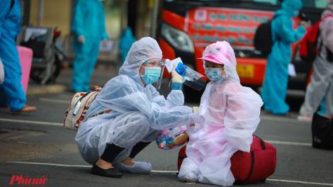 Hơn 400 người dân Phú Yên tiếp tục được hộ tống về quê