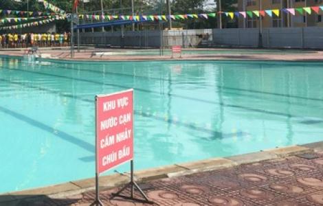 Hy hữu: Người đàn ông gãy đốt sống cổ vì nhảy xuống bể bơi cạn nước