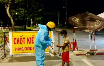 Clip: Đại úy CSGT nhường suất cơm, đưa cháu bé lang thang về nhà trong đêm