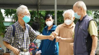 Người trên 65 tuổi và người có bệnh nền được ưu tiên tiêm vắc xin ở tất cả các điểm