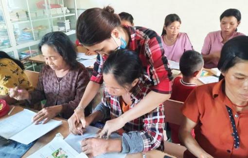"""Lớp học """"đặc biệt"""" của phụ nữ Vân Kiều ở thị trấn Krông Klang"""