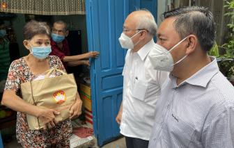 Trưởng ban Tuyên giáo TPHCM Phan Nguyễn Như Khuê thăm người dân bị ảnh hưởng bởi dịch COVID-19