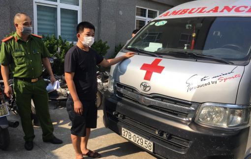 """Đôi nam nữ từ Nghệ An thuê xe cứu thương, """"thông chốt"""" vào Hà Nội để đi du học"""