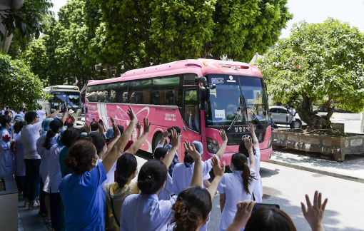Gần 200 y, bác sỹ Bệnh viện Bạch Mai đang trên đường chi viện cho TPHCM chống dịch