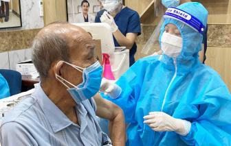 Bệnh viện thẩm mỹ Gangwhoo tiêm vắc xin ngừa COVID-19 và tặng quà cho người cao tuổi