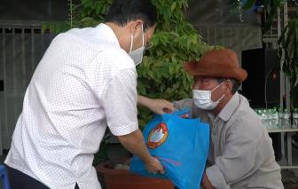 Lãnh đạo TPHCM tặng quà cho người dân chịu ảnh hưởng bởi dịch COVID-19