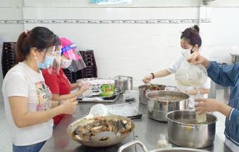 Những bữa cơm ngon cho các chiến sĩ chống dịch