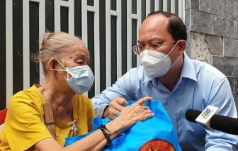 """Phó Bí thư Thành ủy TPHCM thăm, tặng quà cho bà con ở """"vùng xanh"""""""
