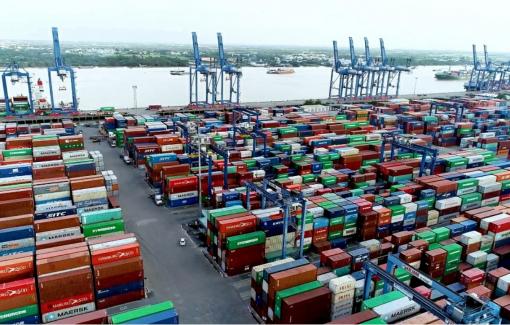 TPHCM: Tháo gỡ tình trạng ùn ứ hàng hóa tại cảng Cát Lái