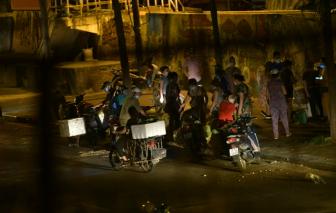 Phong tỏa chợ Long Biên, người dân họp chợ ngay lòng đường trong đêm