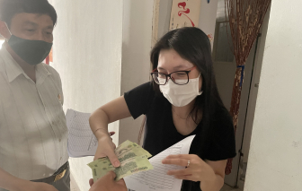 Cán bộ Đà Nẵng đi từng nhà phát tiền cho dân; hơn 5.000 công nhân ở Bình Định nghỉ việc