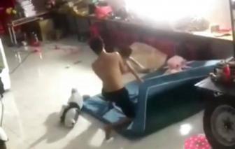 Vụ bé trai bị đánh đập dã man: Hàng xóm can ngăn không thành, quay clip tung lên mạng cầu cứu