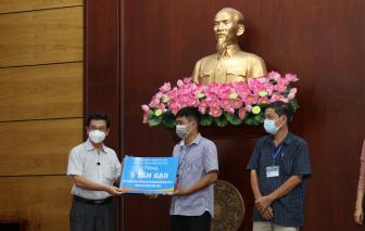 Hội đồng nhân dân TPHCM tặng quà hỗ trợ tại thành phố Thủ Đức