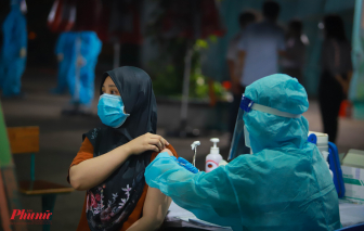 TPHCM trắng đêm tiêm vắc xin cho người dân