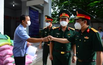 Trao quà cho người dân có hoàn cảnh khó khăn tại huyện Hóc Môn và Củ Chi
