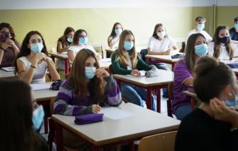 Ý yêu cầu giáo viên phải có giấy thông hành sức khỏe COVID-19