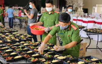 Chiến sĩ công an vào bếp lo bữa cơm cho người dân hồi hương ở khu cách ly