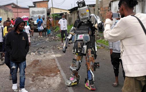 """""""Phù thủy"""" tạo hình nghệ thuật đường phố từ rác"""