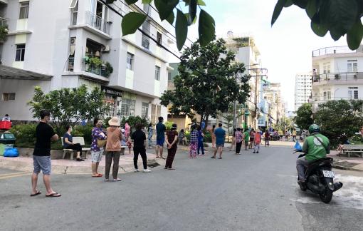 Sáng 22/8: Người dân vẫn xếp hàng từ sớm trước siêu thị, cửa hàng thực phẩm