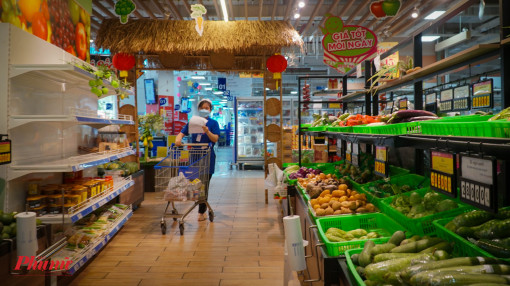"""Siêu thị, cửa hàng tại TPHCM lúng túng trong ngày đầu bán hàng """"kiểu mới"""""""