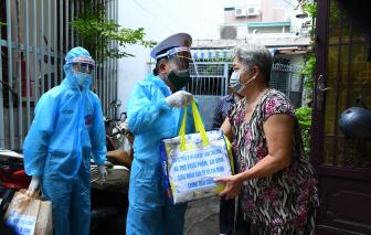 Tiểu đoàn DK1, Vùng 2 Hải quân trao tặng túi quà an sinh cho người dân TPHCM