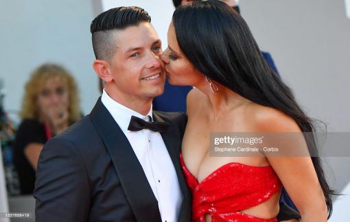 """Thời trang của những cặp """"gặp là hôn"""" trên thảm đỏ LHP Venice 2021"""