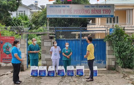 Trao 800 phần quà cho đội ngũ y bác sĩ tham gia phòng, chống dịch