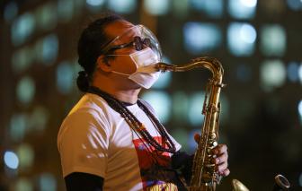 """""""Nghệ sĩ saxophone Trần Mạnh Tuấn đã có thể nói chuyện được"""""""