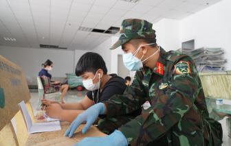 Chiến sĩ hóa gia sư tại lớp học dã chiến