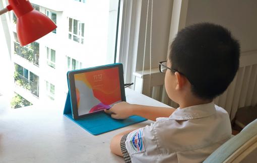 """Con học online, phụ huynh """"săn"""" kính chống ánh sáng xanh"""